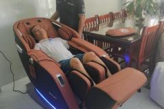 khach-mua-ghe-massage-drcare-923-49