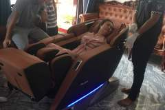 khach-mua-ghe-massage-drcare-923-52