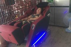 khach-mua-ghe-massage-drcare-923-53