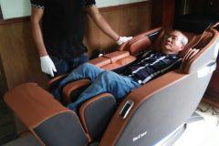 khach-mua-ghe-massage-drcare-923-56