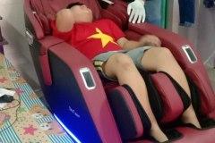 khach-mua-ghe-massage-drcare-923-58