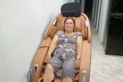 khach-mua-ghe-massage-drcare-923-59