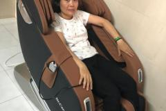 khach-mua-ghe-massage-drcare-923-6