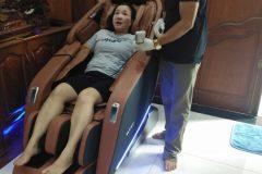 khach-mua-ghe-massage-drcare-923-62