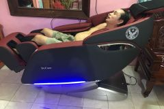 khach-mua-ghe-massage-drcare-923-7